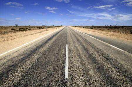 nunca: Carretera a trav�s de la Nullarbor desierto en Australia. Nullarbor medios sin �rboles Foto de archivo