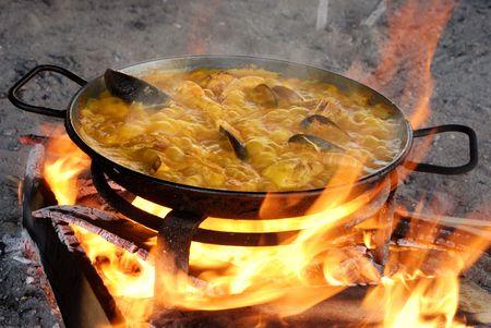 Voorbereiden op de paella tradiotional manier met allerlei Zeevruchten