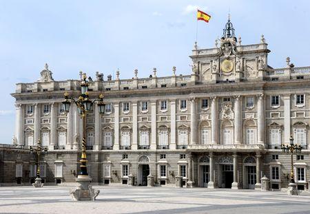 Het koninklijk paleis van de koning van Spanje in Madrid, Europa met de Spaanse vlag op het dak