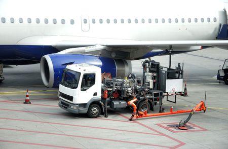 vliegtuig wordt getankt in de luchthaven