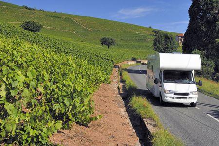 Caravan op weg in Frankrijk tussen de wijngaarden van de Beaujolais