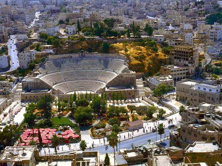 Bekijken in Amman de captal van Jordanië, met het Romeinse amfitheater. geen kentekenplaten, geen merken en geen mensen te herkennen