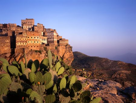 Al hajarah, bereikt door ruwe track van Manakha bij zonsondergang, is een van de mooiste voorbeelden van een berg top vestingstadje. .Zodra die bestaat uit een gated moslim dorp met een joodse nederzetting hieronder, is het nu verenigd. Stockfoto
