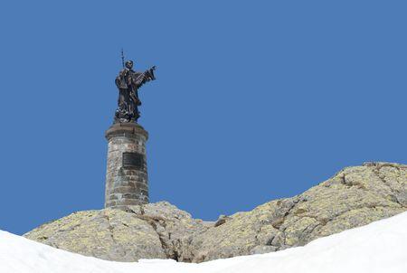st  bernard: Pasar la estatua de San Bernardo en la parte superior de la gran San Bernardo, en la frontera de Italia y Suiza  Foto de archivo