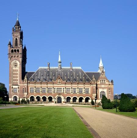 Het Vredespaleis in Den Haag (Nederland) is de thuisbasis van een aantal internationale gerechtelijke instanties zoals het Internationaal Gerechtshof (ICJ), het Permanente Hof van Arbitrage (PCA)