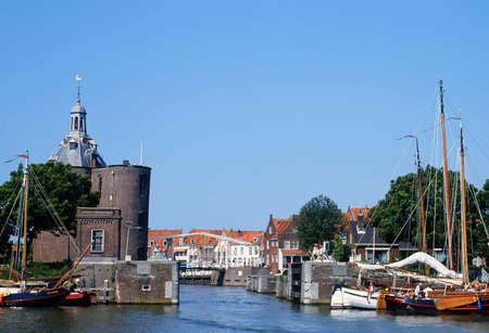 Uitzicht op de oude haven van Enkhuizen in Nederland