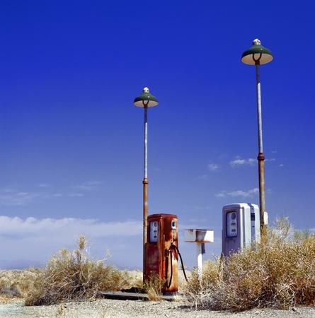 station service: station d'essence abandonn�e � la fronti�re du d�sert, pr�s de la vieille route 66
