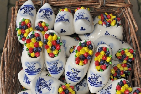 wooden shoes: Mini ceramic Delft Blue wooden shoes with windmill decoration and colored Dutch tulips