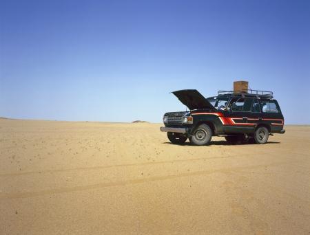 Uitgesplitst vierwielaandrijving in het midden van de woestijn