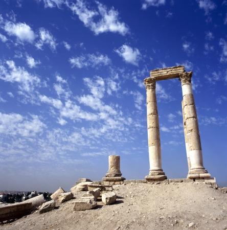 templo romano: Templo de Hércules en Amman. Al fondo la ciudad de Amman, Jordania