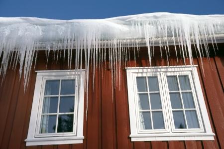 Ijspegels op een dak van een Noorse wintersport huis