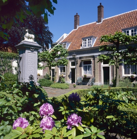 existed: The Eva van Hoogeveenshofje at the Doelensteeg in Leiden is one of the unique hofjes in Holland. A hofje is a Dutch word for a courtyard with almshouses around it. They have existed since the Middle Ages.