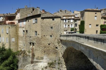 haut: Single-arched Roman bridge over the Ouveze river in the town Vaison la Romaine ,Haut Vaucluse,France Stock Photo