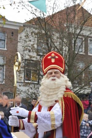 Leidschendam, Nederland - 13 november 2010 Sinterklaas is groet mensen tijdens het wandelen in de straten van Leidschendam in Nederland 13 november 2010 Leidschendam, Nederland