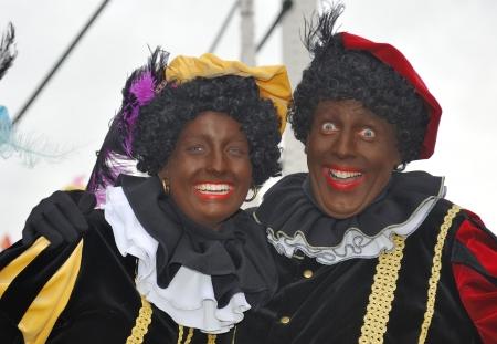 Leidschendam, Nederland - 13 november 2010 Twee Zwarte Pieten lachen in de camera tijdens de aankomst van Sinterklaas in Holland 13 november 2010 Leidschendam, Nederland Redactioneel