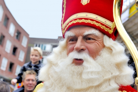 Leidschendam, Nederland - 13 november 2010 Sinterklaas in close-up tijdens het wandelen in de straten van Leidschendam in Nederland 13 november 2010 Leidschendam, Nederland