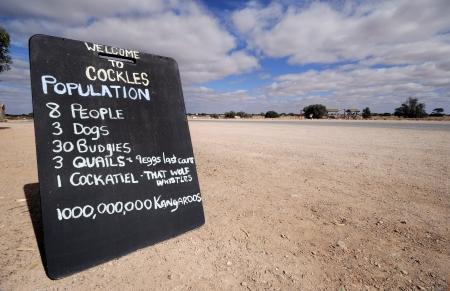ortseingangsschild: Schild am Eingang einer Geisterstadt in Australien Lizenzfreie Bilder