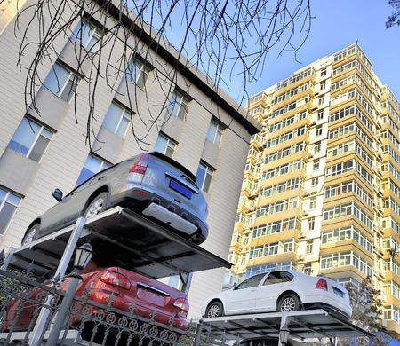 multilevel: Multi-level Cina sistema di parcheggio auto nel quartiere appartamento di Pechino Questo sistema di parcheggio � stato progettato in due spazi di su e gi� come una sola unit� Archivio Fotografico
