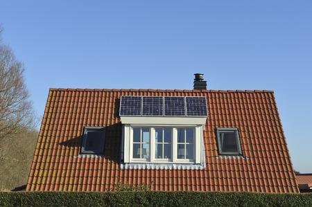 I pannelli solari sul tetto di una casa unifamiliare Archivio Fotografico - 26543586