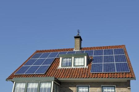 foto de archivo los paneles solares en el tejado de una casa unifamiliar