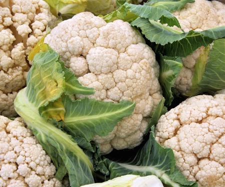 greengrocer: coliflores al verdulero en un mercado de agricultores Foto de archivo