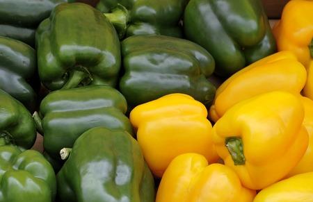 greengrocer: Los pimientos verdes y amarillas frescas en la verduler�a Foto de archivo