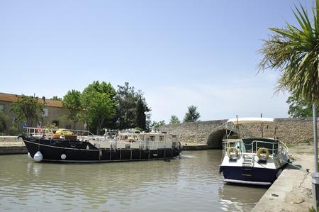 南フランスのカプタング村にある、デ ミディ運河のボート 写真素材