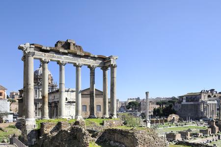 templo romano: El Foro Romano con el Templo en primer plano izquierda de Saturn.Behind el templo el Arco de Septimio Severo y la Iglesia de Santi Luca e Martina Foto de archivo