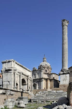 severus: The Column of Phocas, Forum Romanum, Rome, Italy. On the left, Arch of Septimius Severus and the facade of the Church of Saint Luke and Martina. Stock Photo