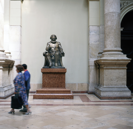 BUDAPEST, HUNGARY-NOVEMBER 11,2008; Statue of the famous thinker, Karl Marx at the University of Economic Sciences. 에디토리얼