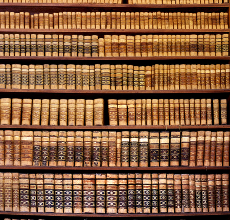 Old books in the Ped Acar library in Eger, Hungary Foto de archivo - 109329496
