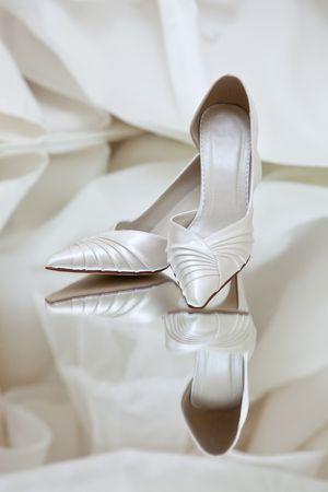 sexy f�sse: Hochzeitsschuhe auf einem Spiegel