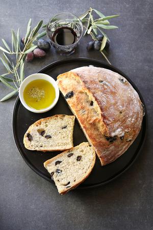 bread and wine: Negro Pan verde oliva con un vaso de vino tinto
