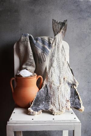 sal: Pescado salado de bacalao y una olla de barro r�stico con la sal del mar en una silla blanca