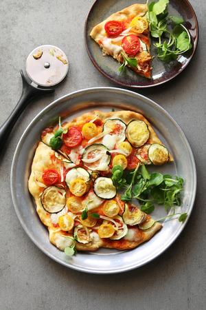 berro: pizza vegetariana con calabacín, cebolla, tomates cherry, berros y mozarella