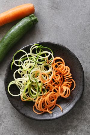 legumes: courgettes en spirale et la carotte spaghetti nouilles imitation sur une vue plate.Top.