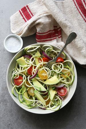 ensalada tomate: fideos de calabac�n con tomates cherry, cebolla y aguacate en una vista plate.Top