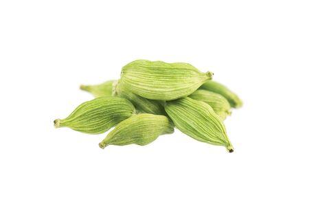 Strąki kardamonu na białym tle. Nasiona zielonego kardamonu. Ścieżka przycinająca