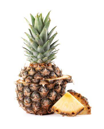 Ananas isolato. Un intero ananas con foglie verdi isolato su sfondo bianco Archivio Fotografico