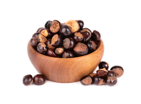 Guarana seed in wooden bowl, isolated on white background. Dietary supplement guarana, caffeine cource for energy drinks. 版權商用圖片