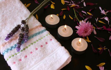 Soft flor rosa con p�talos de propagaci�n, una cara de tela y velas  Foto de archivo - 2185664