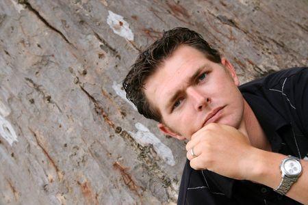 young male model: Hombre joven Modelo de sesi�n contra un �rbol en el parque
