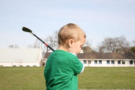 Joven practicando golf en el driving range Foto de archivo - 2302997