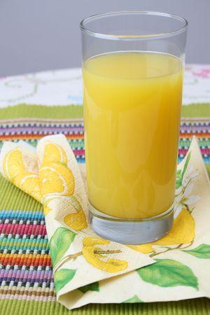 servilleta de papel: Vaso de jugo de naranja en una servilleta