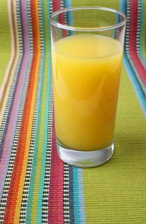 servilleta de papel: Vaso de jugo de naranja en una servilleta Foto de archivo