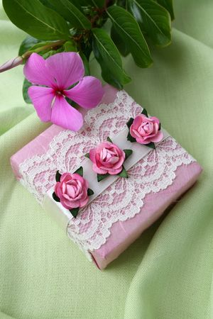 Soap gifts in pink with a fresh flower Reklamní fotografie