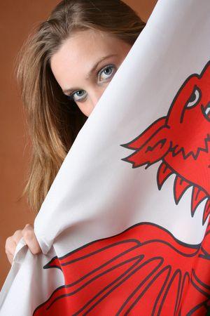 welsh flag: Giovane e bella donna con un modello Bandiera gallese