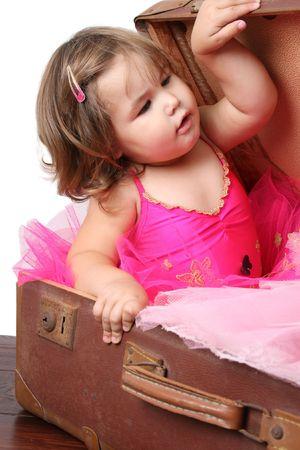 밝은 분홍색 발레 복장을 입고 짧은 머리를 가진 어린 소녀