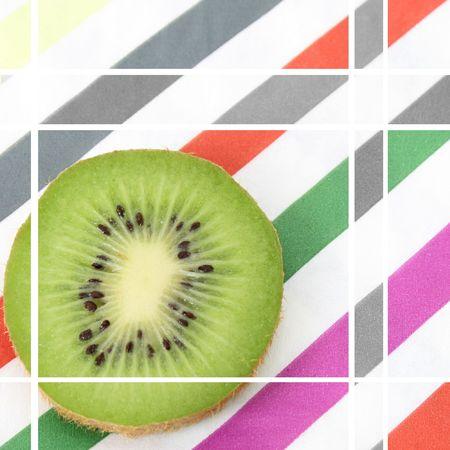 Serviette: Rebanada de Kiwi fresco en una servilleta de rayas