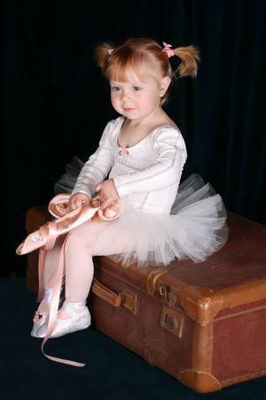 ballet: Poco ni�o de ballet, vistiendo un tut� blanco